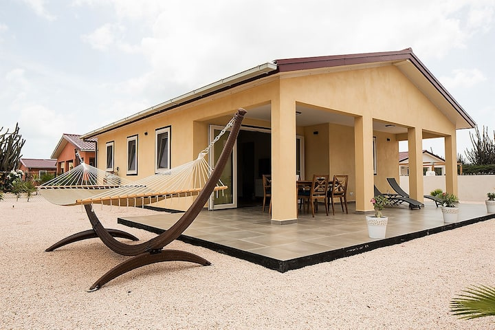 Uw tropische woning met grote porch met veel wind
