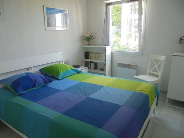 Belle chambre avec accès cuisine et terrasse.