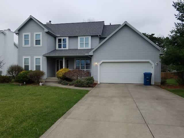 Quiet,  cozy,  close to 80/90! - North Ridgeville - House