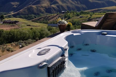 Ellensburg Yakima hot tub view getaway