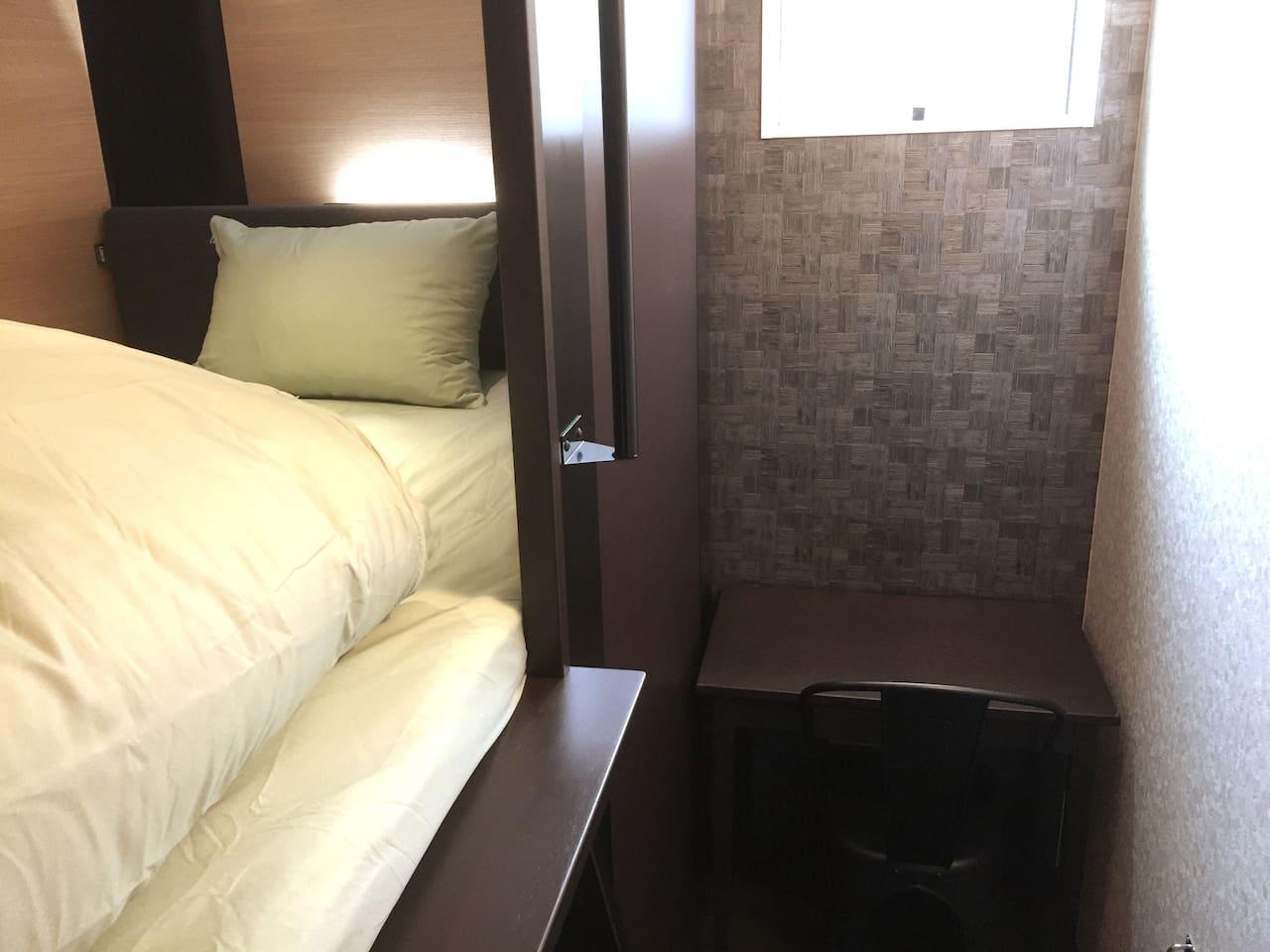 ベッドは大き目のセミダブル。 個人用の机があるので、ビジネス、勉強に便利!