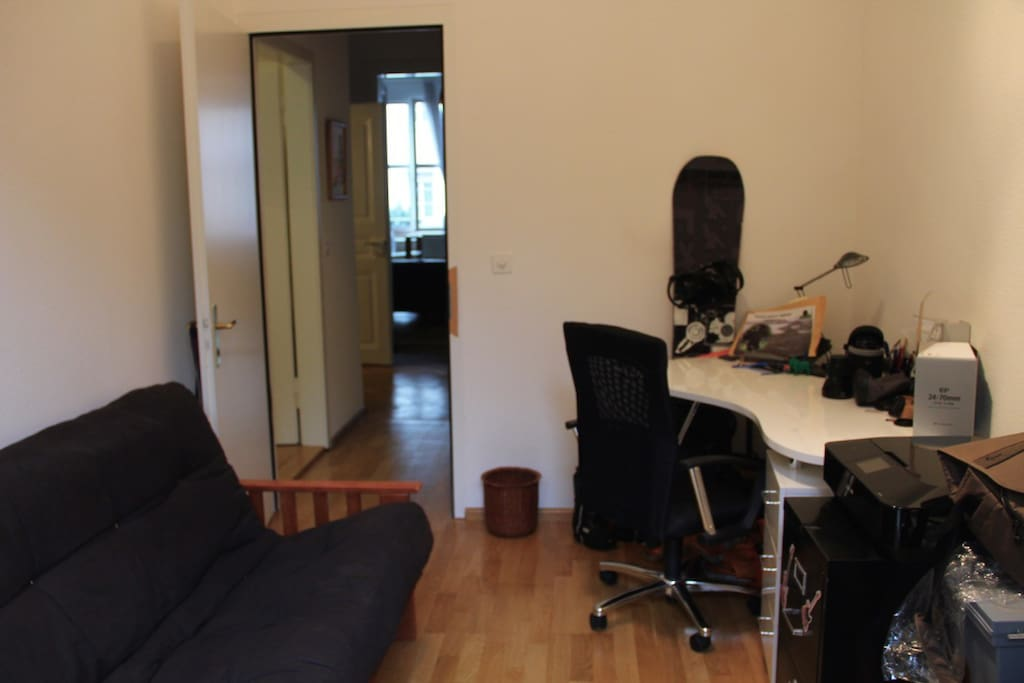 Office/Guest room: desk to work