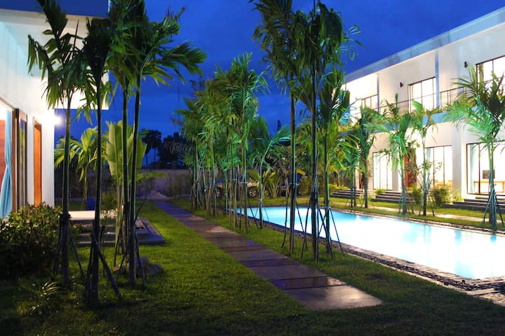 Private One-bedroom villa w/Big couch, Pool+Pickup