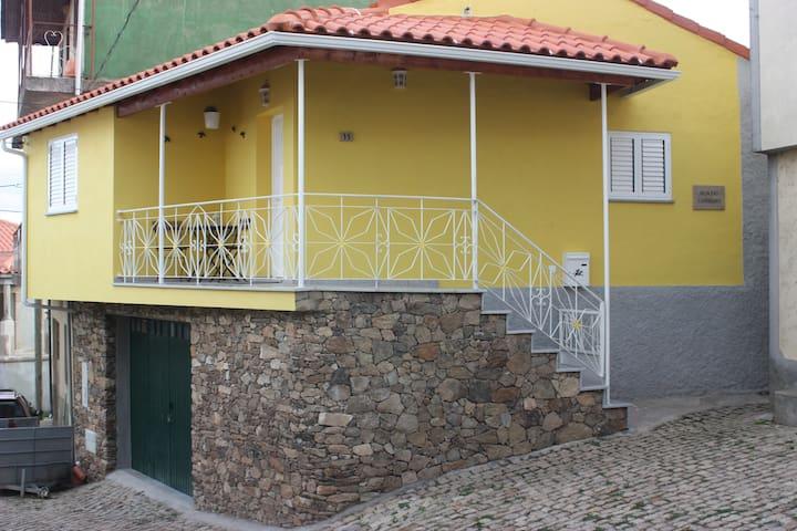 Casa Amarela - Vilarinho de Agrochão - บ้าน