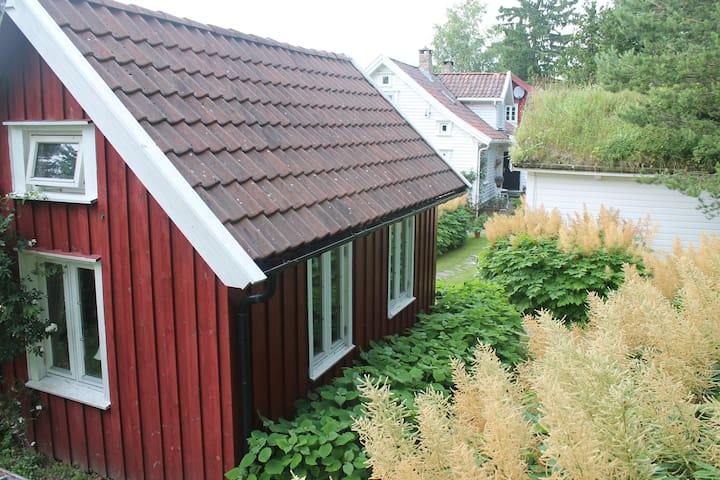 Family friendly red cottage 6,5 km from the zoo - Kristiansand - Cabana
