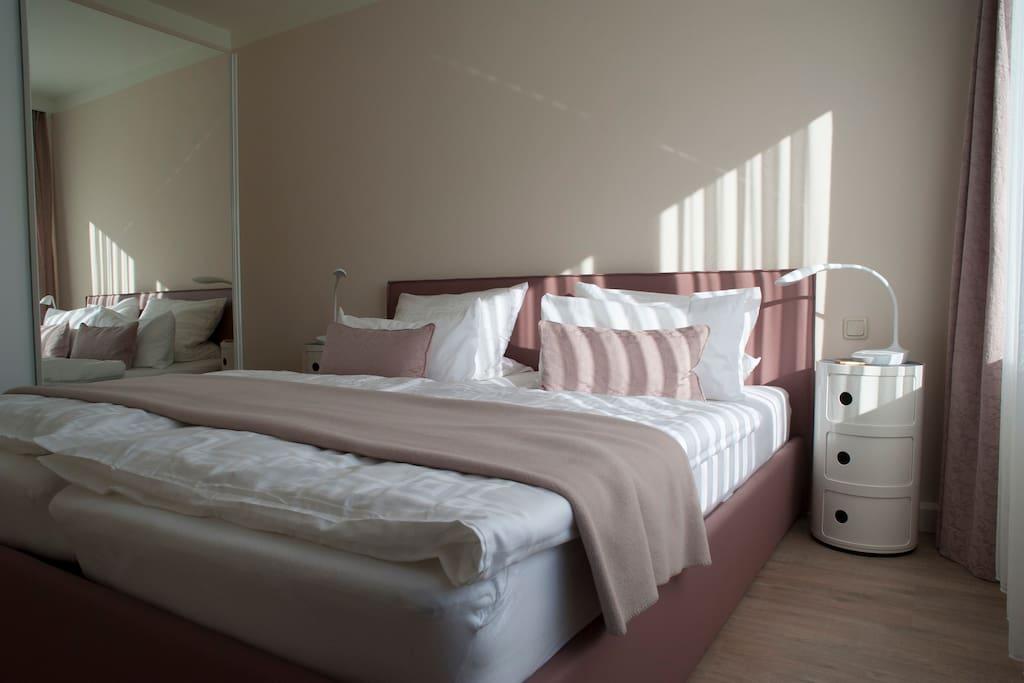 Schlafzimmer mit bequemen Doppelbett und viel Stauraum im Schrank