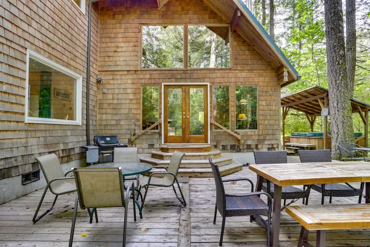 Family and dog favorite River Dance Retreat for spring vacations, hot tub, woodstove