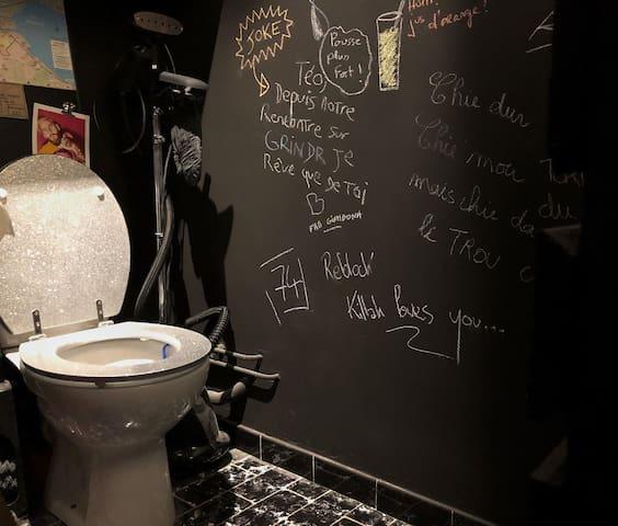 Les toilettes disco underground