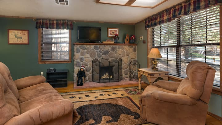 """Whispering Pine Cabins - """"Cherry Tree""""  -  Upper Canyon- Fireplace & Whirlpool"""