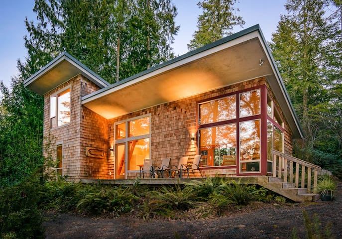 Peaceful Waterfront Island Home - Shelton - Hus