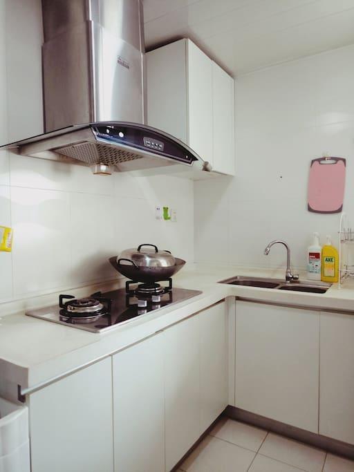 自助厨房:厨具、餐具、调料都齐