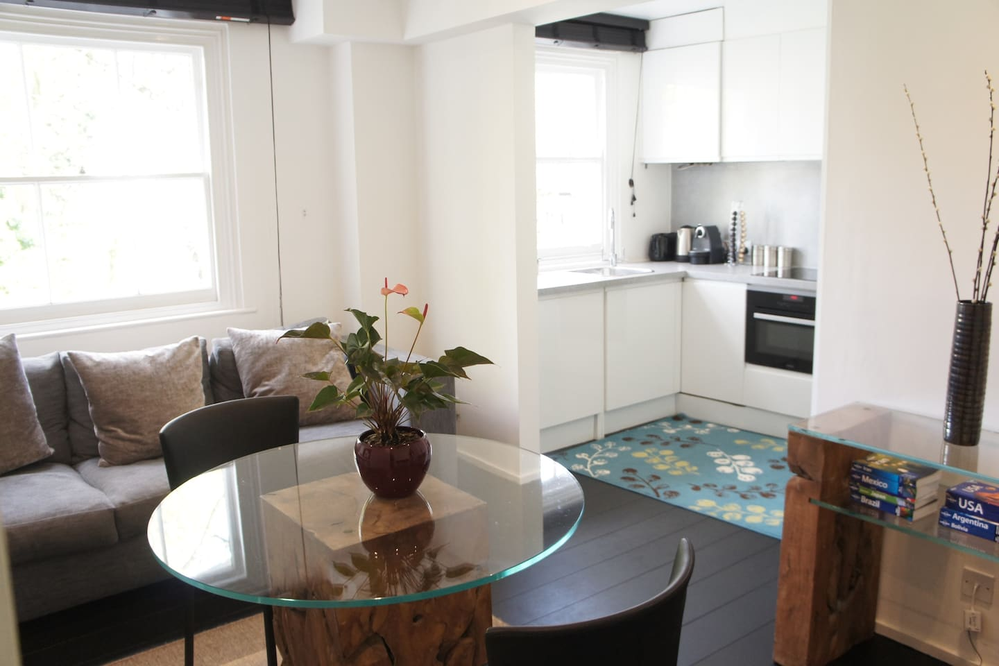 Modern and clean apartment in fantastic location.