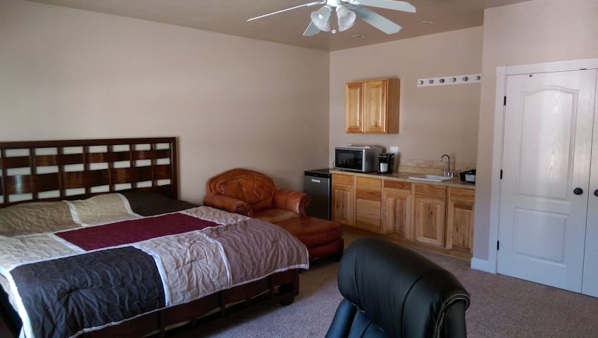 Private Guesthouse Suite, King Bed, Saint George