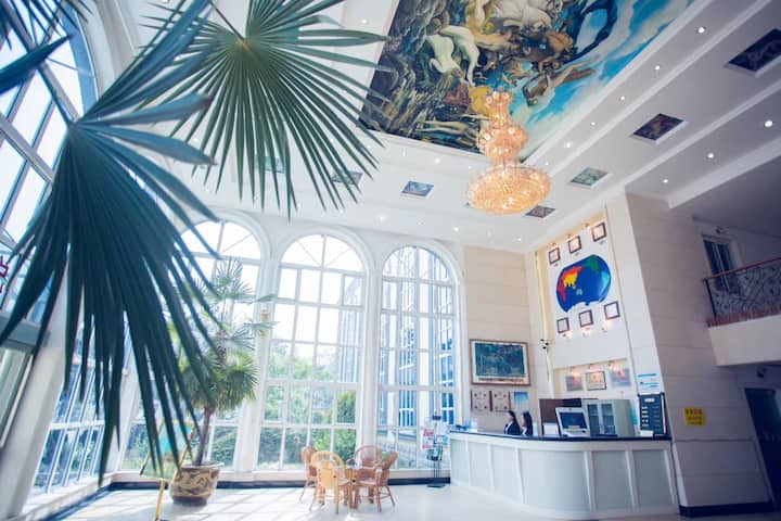 北戴河出门是海大型园林式花园酒店/标间B/可接待外宾/碧螺塔酒吧公园/长城号邮轮对面/可携带宠物/