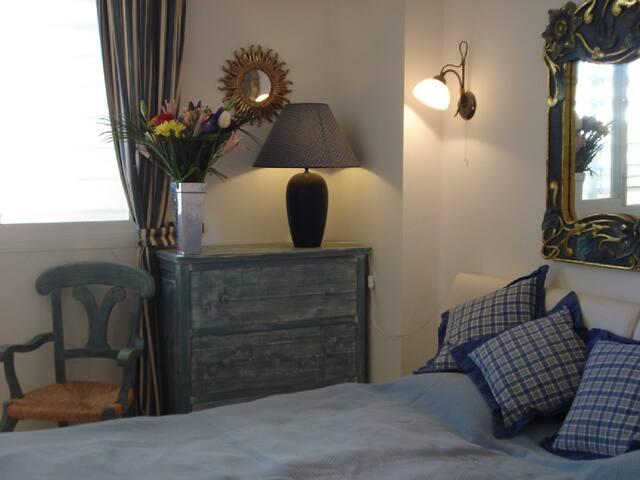 Schlafzimmer mit grossem bequemen Doppelbett und Einbauschrank sowie Klimaanlage bzw. Infrarot-Heizung