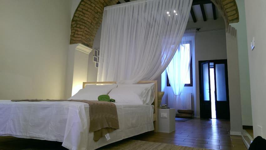 """""""il cortile degli archi""""- in centro - Cremona"""