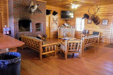 1600 acres -Sleeps 50 -Skeet - Fishing -Free Golf - Society Hill - Natuur/eco-lodge