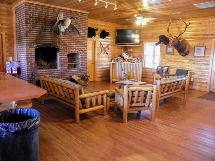 1600 acres -Sleeps 50 -Skeet - Fishing -Free Golf
