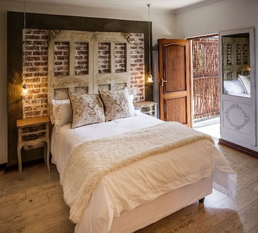 Majestic Ivory Suite, Josie's Boutique Guesthouse