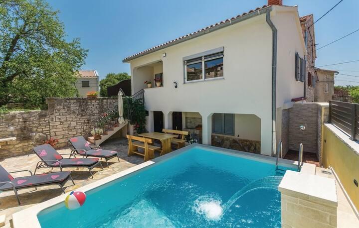 Comfortable Villa Kris with Pool in Mrgani