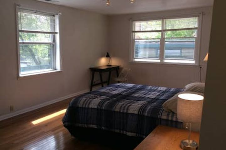 Old Town Triangle/  Lincoln Park Studio Apartment