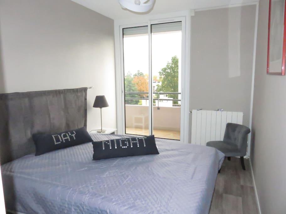 La chambre avec le lit en 160
