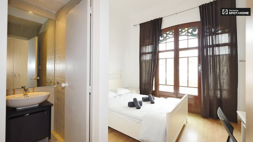 Double Bedroom & Private Bathroom in Central Vila