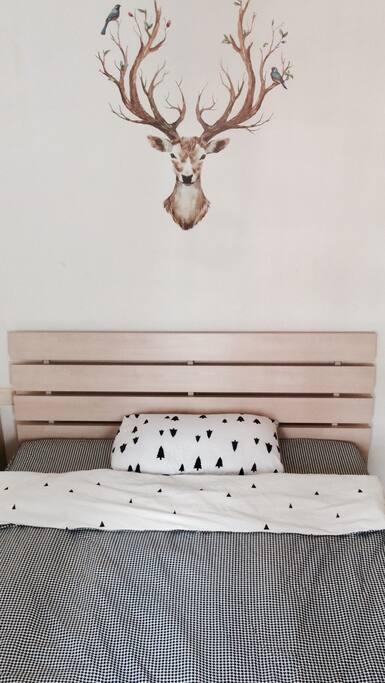 宽敞明亮的大床卧室