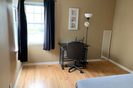 Private Townhome Room in Glendale Heights
