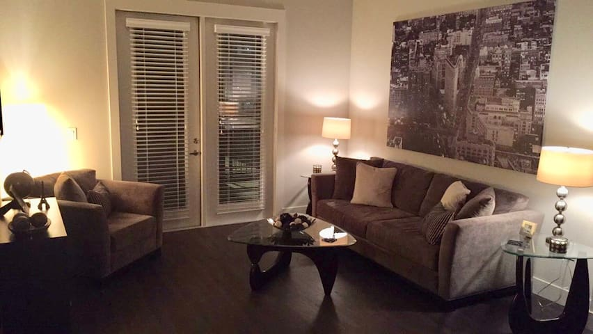 Chic apartment w/ extras in Oak Lawn/Uptown Dallas