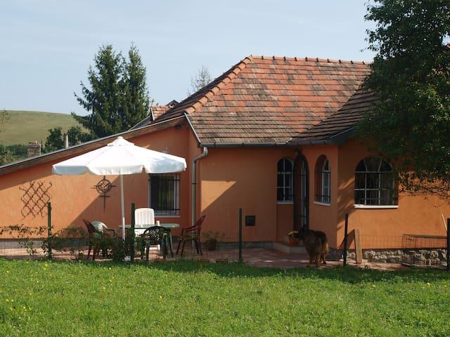Huis met grote tuin en uitzicht op heuvels en dorp