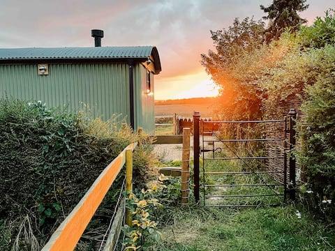 Luxury Shepherd's Hut with stunning sunset views!