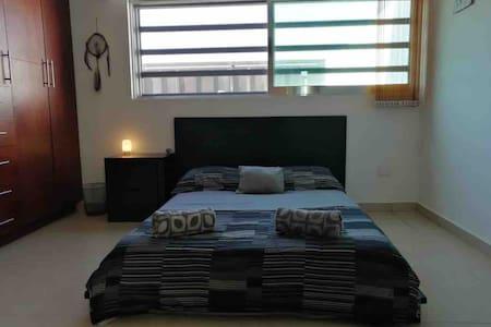 Cómoda y linda habitación con baño privado y TV