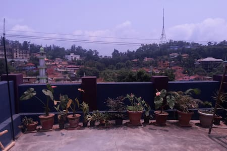 Roll in with the Fog at Honey Palace, Madikeri - Madikeri - Bed & Breakfast