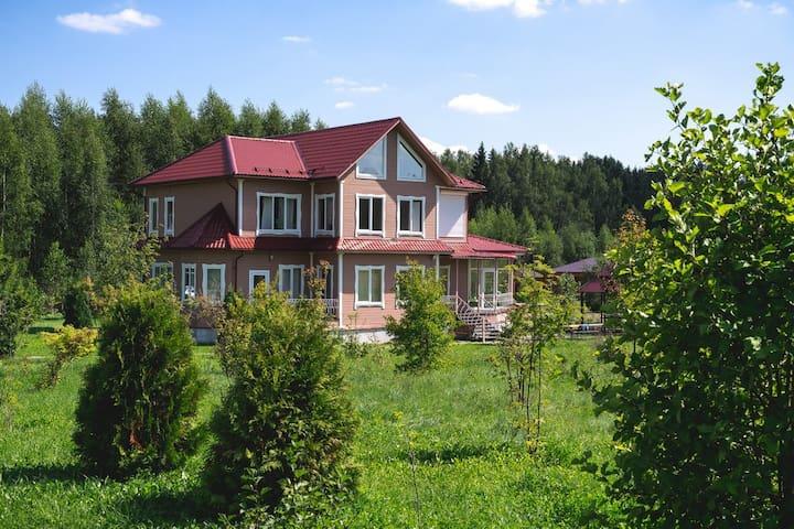Двухэтажный дом с теплой верандой рядом с лесом