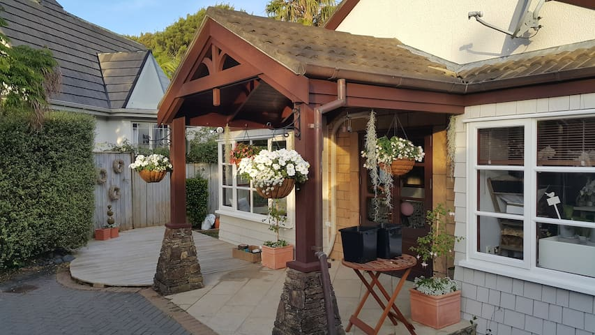 Cosy, Designer Rooms behind Beautiful Flower Shop - Auckland - Talo