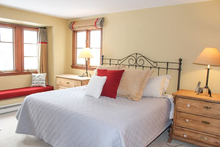 Master Bedroom. King Bed, Mountain Views, Cable TV.