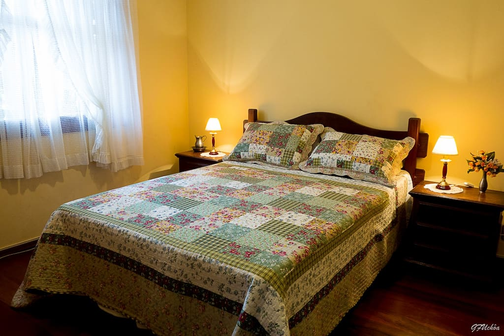 Suite aconchegante ideal para casal.Possui tv e armário.