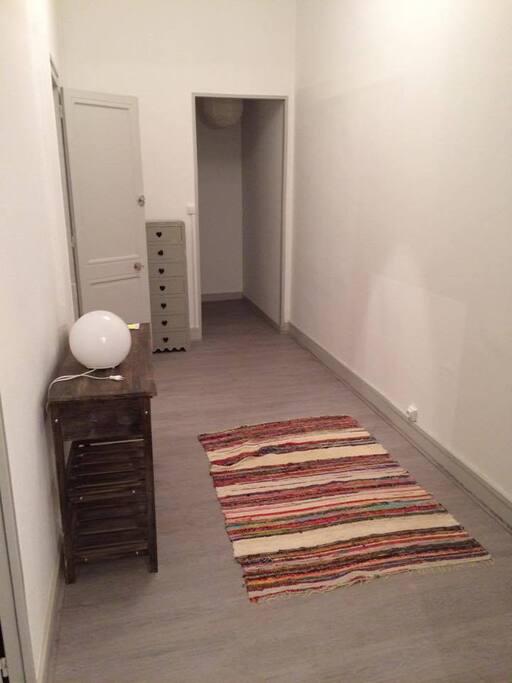 Couloir spacieux qui dessert toutes les pièces