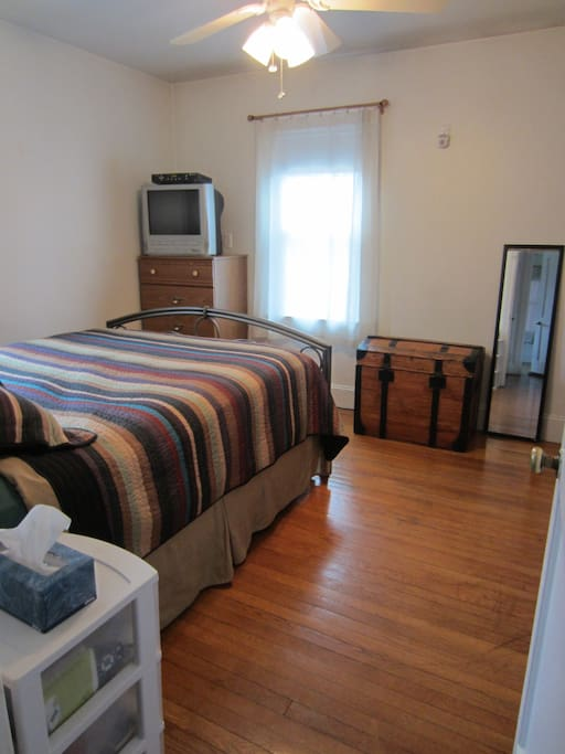 Private Room with Queen Bed & TV/Cable/DVD