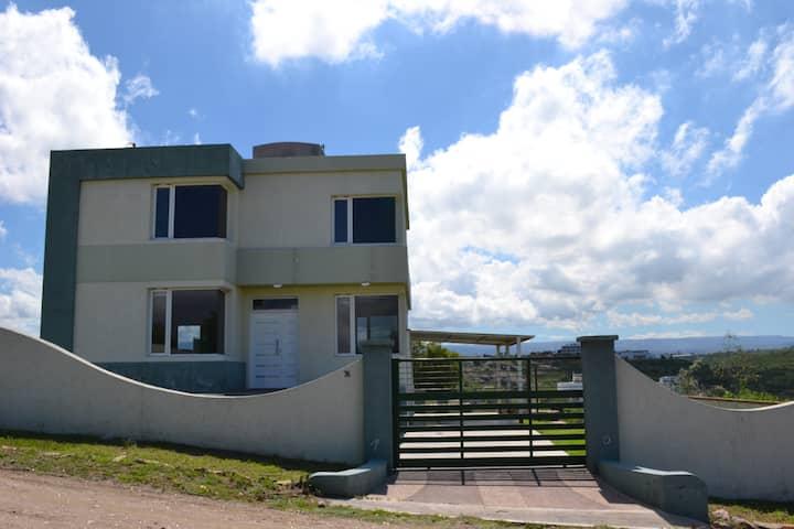 Moderna casa con vista al lago y a las sierras