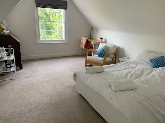 Lovely room & private kitchen close to town & uni