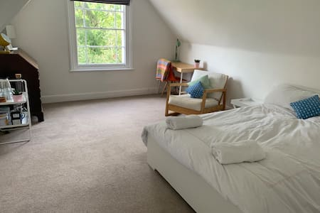 Lovely room & private bathroom near centre & Uni