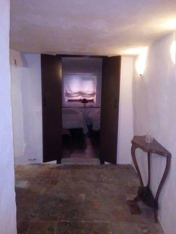 Halletje met naar links de badkamer en grote slaapkamer. Rechtdoor de kleinere slaapkamer