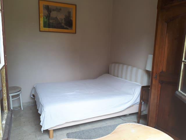 La seconde chambre du RdC (lit double et douche attenante indépendante de la salle de bains de la chambre parentale).