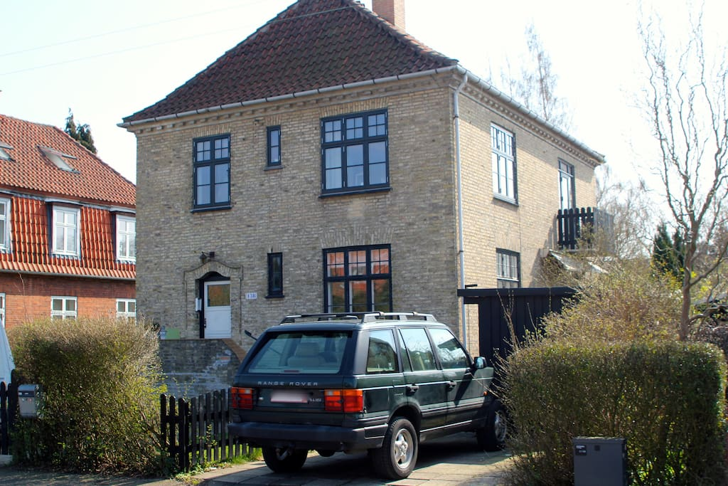 House seen from the street - private parking