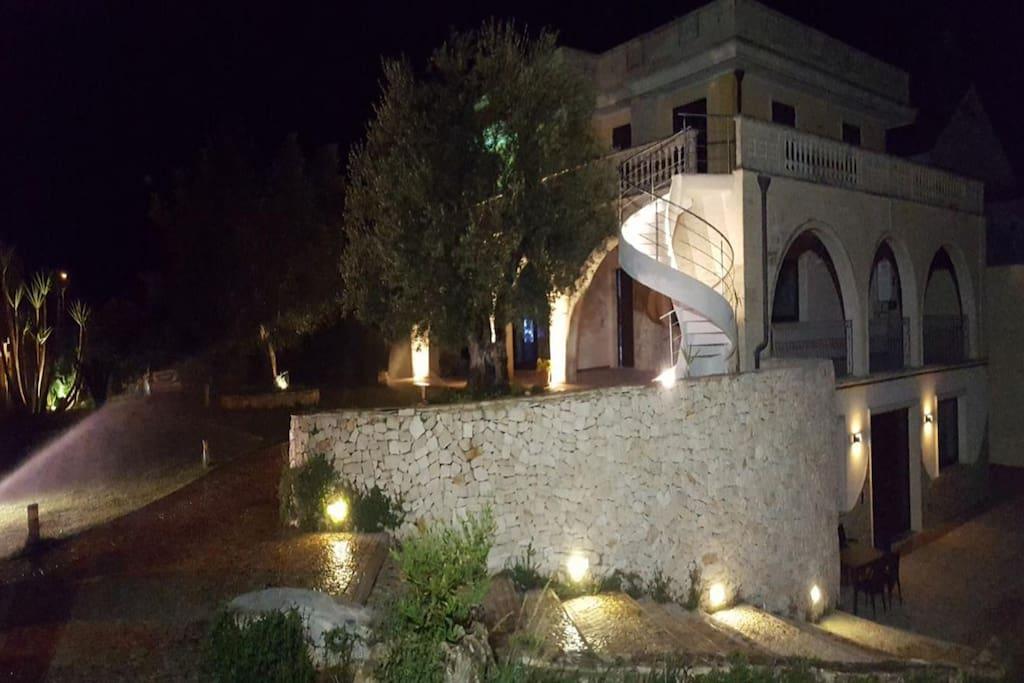 Panoramica esterna notturna villa