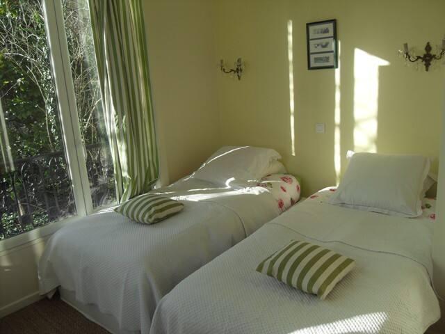 La deuxième chambre avec deux lits de 90 sur 2m