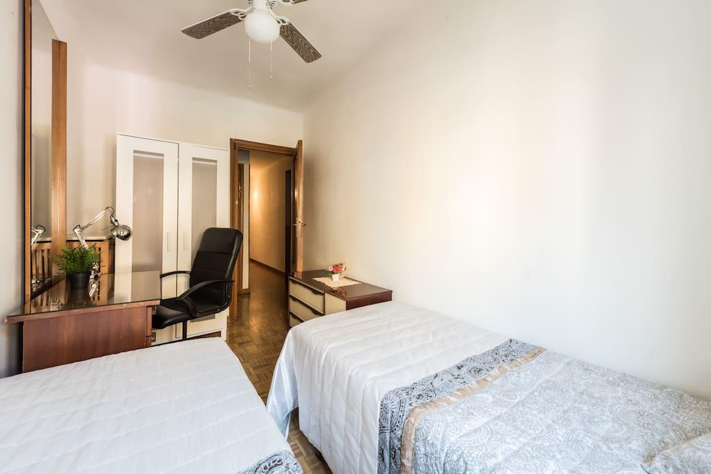 Je3 habitaci n con 2 camas wifi apartamentos en for Alquiler habitacion plaza espana madrid