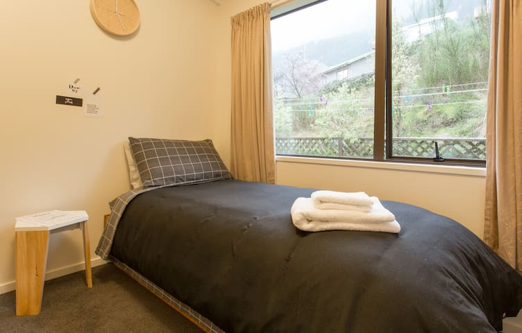 Single room in a Mountain & Lake view house - Queenstown